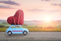 Αναδρομικό αυτοκίνητο παιχνιδιών με την καρδιά βαλεντίνων Στοκ Φωτογραφίες