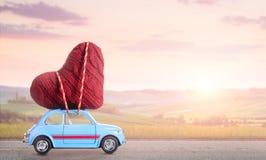 Αναδρομικό αυτοκίνητο παιχνιδιών με την καρδιά βαλεντίνων Στοκ Φωτογραφία
