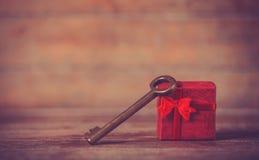 Αναδρομικό βασικό και λίγο κόκκινο δώρο Στοκ φωτογραφίες με δικαίωμα ελεύθερης χρήσης