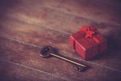 Αναδρομικό βασικό και λίγο κόκκινο δώρο Στοκ εικόνα με δικαίωμα ελεύθερης χρήσης