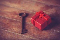 Αναδρομικό βασικό και λίγο κόκκινο δώρο Στοκ Φωτογραφίες