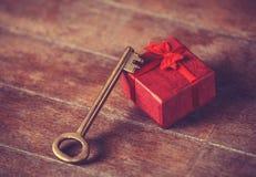 Αναδρομικό βασικό και λίγο κόκκινο δώρο Στοκ Φωτογραφία