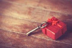 Αναδρομικό βασικό και λίγο κόκκινο δώρο Στοκ Εικόνες