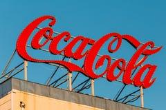 Αναδρομικό εκλεκτής ποιότητας εμπορικό σήμα σημαδιών λογότυπων της Coca-Cola, κοκ, στη στέγη στοκ εικόνες