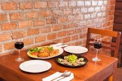 Αναδρομικό εσωτερικό εστιατορίων με τα ταϊλανδικά τρόφιμα και το κόκκινο κρασί Στοκ φωτογραφία με δικαίωμα ελεύθερης χρήσης
