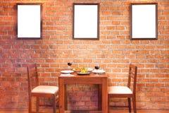 Αναδρομικό εσωτερικό εστιατορίων με τα ταϊλανδικά τρόφιμα και το κόκκινο κρασί Στοκ Εικόνα