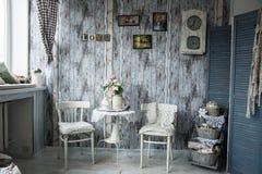 Αναδρομικό εσωτερικό με τις καρέκλες και τα φλυτζάνια του τσαγιού Στοκ Φωτογραφία
