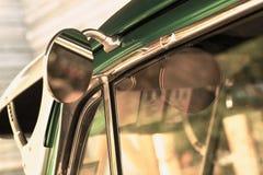 Αναδρομικό δευτερεύον αυτοκίνητο καθρεφτών Στοκ Φωτογραφίες
