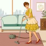 Αναδρομικό καθαρίζοντας σπίτι γυναικών με την ηλεκτρική σκούπα Στοκ Εικόνα