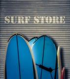 Αναδρομικό κατάστημα κυματωγών με τους πίνακες Στοκ φωτογραφία με δικαίωμα ελεύθερης χρήσης