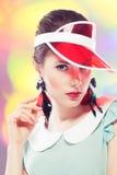Αναδρομικό κορίτσι στο κόκκινο γείσο ήλιων Στοκ Εικόνες