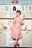 Αναδρομικό κορίτσι ύφους στην κουζίνα στοκ φωτογραφία