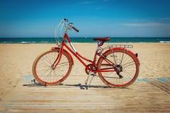 Αναδρομικό κόκκινο ποδήλατο στο όμορφο υπόβαθρο παραλιών Στοκ φωτογραφία με δικαίωμα ελεύθερης χρήσης
