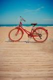 Αναδρομικό κόκκινο ποδήλατο στο όμορφο υπόβαθρο παραλιών Στοκ εικόνες με δικαίωμα ελεύθερης χρήσης