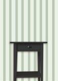 Αναδρομικό μαύρο και κομψό ξύλινο θωρακικό συρτάρι κοντά στον αναδρομικό τοίχο λωρίδων Στοκ Εικόνες