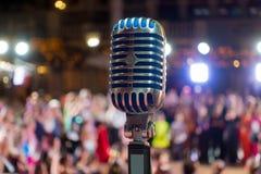 Αναδρομικό μικρόφωνο στο στάδιο Στοκ Φωτογραφίες