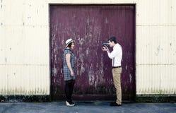Αναδρομικό νέο αγάπης βίντεο ταινιών ζευγών εκλεκτής ποιότητας videographer Στοκ Φωτογραφίες