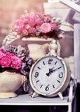 Αναδρομικό ξυπνητήρι με τα λουλούδια Στοκ φωτογραφία με δικαίωμα ελεύθερης χρήσης