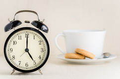 Αναδρομικό ξυπνητήρι που λέει το ρολόι πέντε ο ` Στοκ Εικόνα
