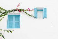 Αναδρομικό παράθυρο στον άσπρο συμπαγή τοίχο Στοκ Φωτογραφίες