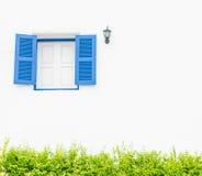 Αναδρομικό παράθυρο στον άσπρο συμπαγή τοίχο Στοκ Εικόνες
