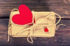 Αναδρομικό παρόν κιβώτιο με την κόκκινη καρδιά Στοκ Φωτογραφίες