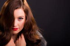 Αναδρομικό πορτρέτο ύφους της όμορφης νέας γυναίκας Στοκ Εικόνες