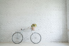 Αναδρομικό ποδήλατο στην άκρη του δρόμου με το εκλεκτής ποιότητας υπόβαθρο τουβλότοιχος Στοκ εικόνα με δικαίωμα ελεύθερης χρήσης