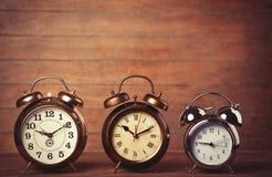 Αναδρομικό ρολόι συναγερμών σε έναν πίνακα Στοκ φωτογραφία με δικαίωμα ελεύθερης χρήσης