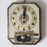 Αναδρομικό ρολόι τοίχων στο παλαιό υπόβαθρο Στοκ εικόνα με δικαίωμα ελεύθερης χρήσης