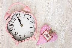 Αναδρομικό ρόδινο ρολόι και μαλακή ρόδινη καρδιά με την ΕΠΙΘΥΜΙΑ λέξης στο ξύλινο BA Στοκ εικόνες με δικαίωμα ελεύθερης χρήσης