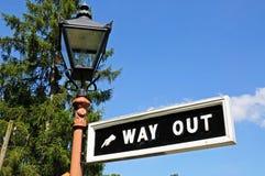 Αναδρομικό σημάδι εξόδου και lamppost Στοκ Εικόνες