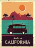 Αναδρομικό σημάδι μετάλλων Grunge με τους φοίνικες και το φορτηγό Σερφ σε Καλιφόρνια Εκλεκτής ποιότητας αφίσα διαφήμισης Ντεμοντέ στοκ φωτογραφία με δικαίωμα ελεύθερης χρήσης