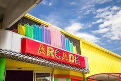 Αναδρομικό σημάδι Arcade νέου Στοκ Φωτογραφίες