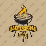 Αναδρομικό σχέδιο λογότυπων bbq που ψήνονται στη σχάρα με και τη φλόγα επίσης corel σύρετε το διάνυσμα απεικόνισης Στοκ Φωτογραφίες