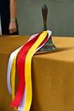 Αναδρομικό σχολικό κουδούνι χαλκού με τις εορταστικές χρωματισμένες κορδέλλες Στοκ εικόνες με δικαίωμα ελεύθερης χρήσης