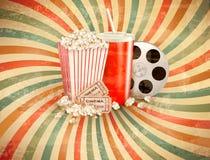 Αναδρομικό υπόβαθρο με Popcorn και ένα ποτό.