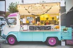 Αναδρομικό φορτηγό τροφίμων ύφους εκλεκτής ποιότητας στοκ φωτογραφία με δικαίωμα ελεύθερης χρήσης