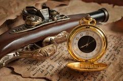 Αναδρομικό χρυσό ρολόι τσεπών και παλαιό πιστόλι Στοκ φωτογραφία με δικαίωμα ελεύθερης χρήσης