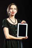 Αναδρομικό ύφος γυναικών που παρουσιάζει ταμπλέτα Στοκ Εικόνα