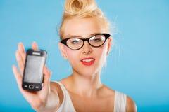 Αναδρομικό gril καρφιτσών επάνω με τα γυαλιά και το τηλέφωνο Στοκ εικόνα με δικαίωμα ελεύθερης χρήσης