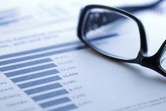 αναλύοντας τα μετρώντας στοιχεία υπολογιστών οικονομικά Στοκ Εικόνα