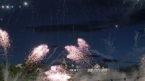 Ανεβάστε στα ύψη τα πυροτεχνήματα εκρήγνυται στον κόλπο απόθεμα βίντεο
