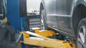 Ανελκυστήρας αυτοκινήτων σε έναν ειδικό ανελκυστήρα σε ένα εργαστήριο απόθεμα βίντεο