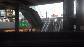 Ανελκυστήρας γυαλιού μέσα στον κύριο σταθμό του Βερολίνου απόθεμα βίντεο