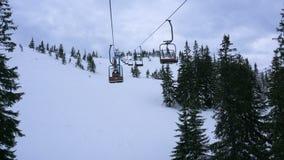 Ανελκυστήρας εδρών σε ένα χιονοδρομικό κέντρο σε έναν νεφελώδη καιρό απόθεμα βίντεο