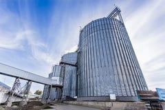 Ανελκυστήρας ενάντια στο μπλε ουρανό στοκ εικόνες με δικαίωμα ελεύθερης χρήσης