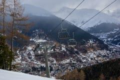 Ανελκυστήρας επάνω από το χωριό, Temu, Ιταλία στοκ φωτογραφίες