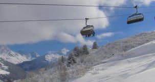 ανελκυστήρας καρεκλών στο αλπικό χιονοδρομικό κέντρο βουνών απόθεμα βίντεο