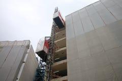 Ανελκυστήρας κατασκευής στην οικοδόμηση Στοκ φωτογραφία με δικαίωμα ελεύθερης χρήσης